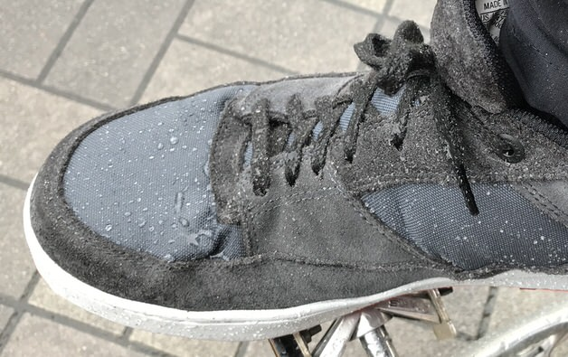 雨をはじく靴