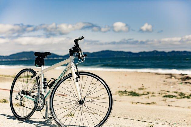 海辺にたたずむ白い自転車