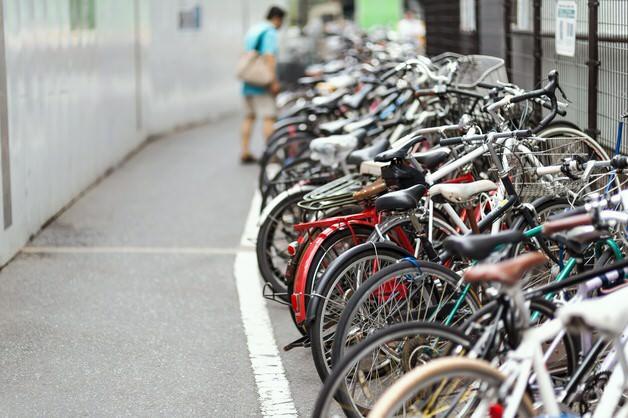 駐輪場に並ぶ自転車