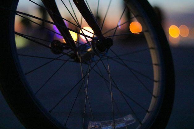 暗闇に映える自転車のタイヤ