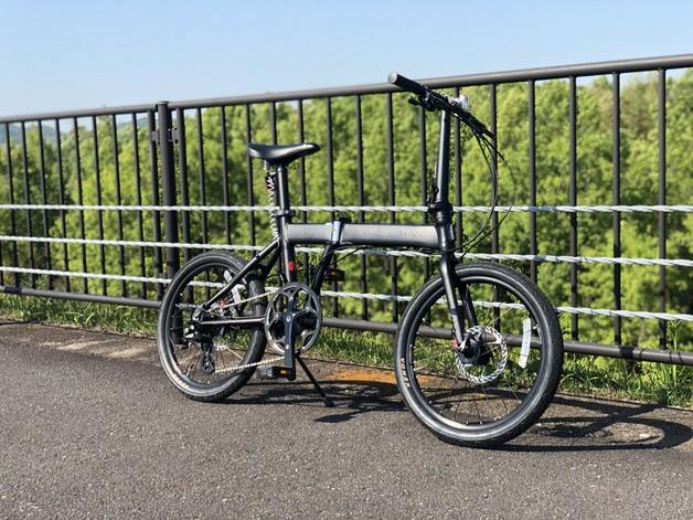 黒い折りたたみ自転車