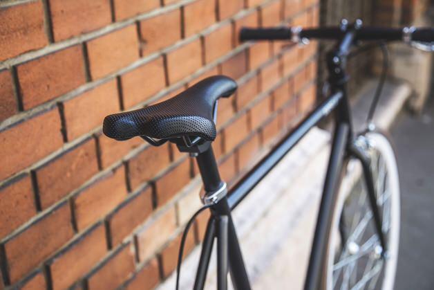 黒いサドルのクロスバイク