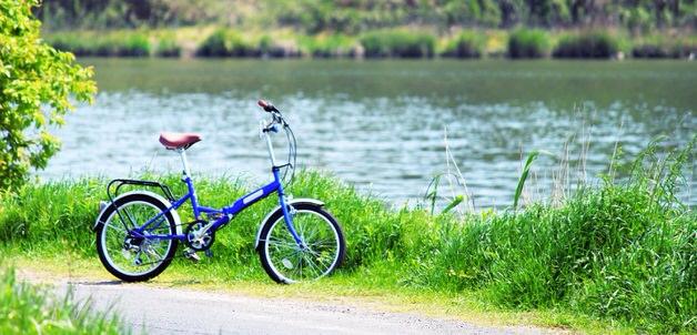 草原と青い折りたたみ自転車