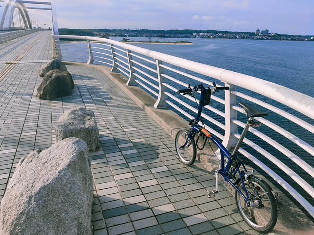 海にかかる橋の上のブロンプトン