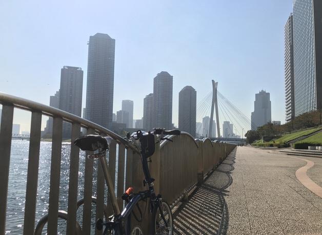 東京の川辺とブロンプトン