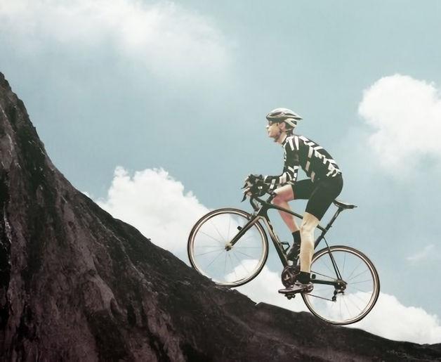 坂を登る自転車乗り