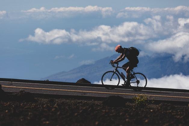 山を登り続けるロードバイク