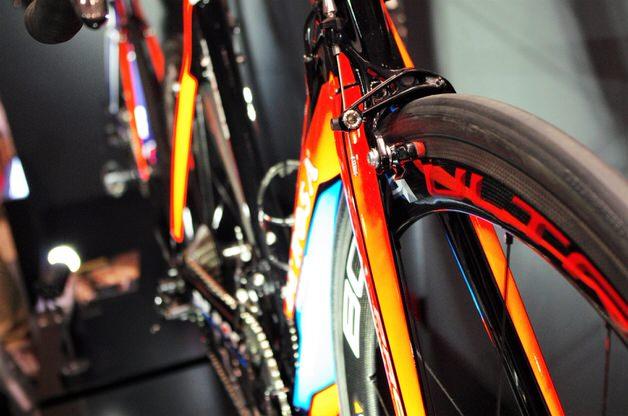 かっこいいオレンジ系ロードバイク
