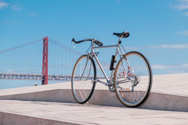 橋とクロモリ自転車