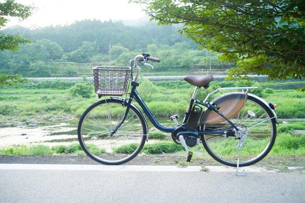 川沿いの電動アシスト自転車