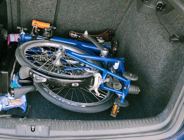クルマに積んだ折りたたみ自転車