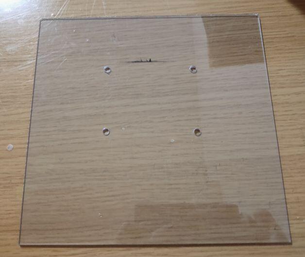 4つ穴があいたプラ板