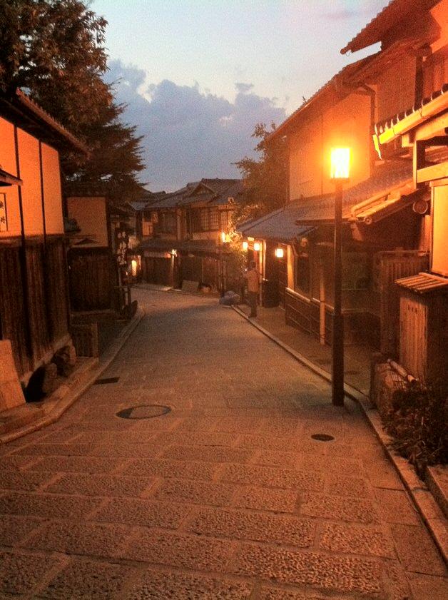 京都の夕刻の街並み