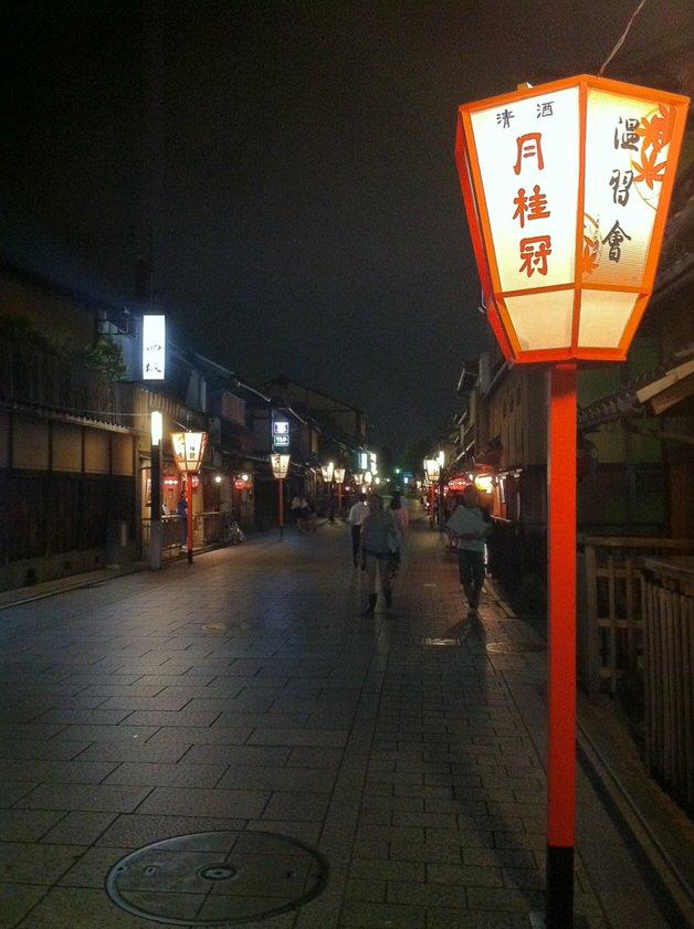 夜の京都の街並み