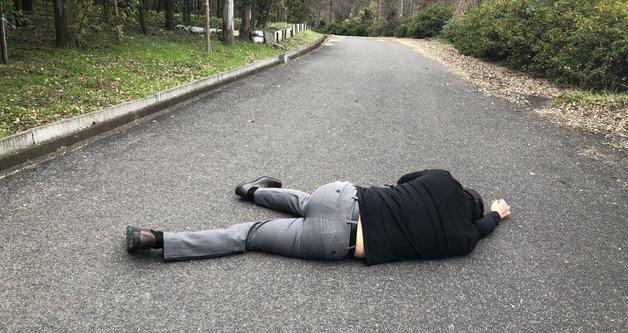 地面に横たわる人
