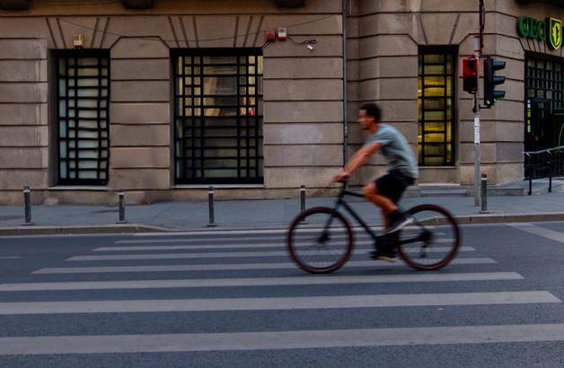 クロスバイクに乗った男性