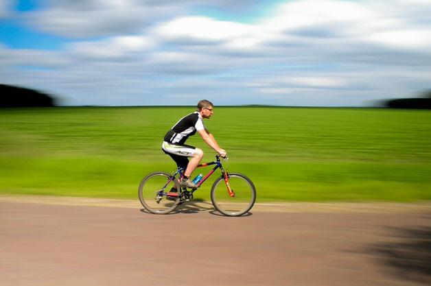 クロスバイクで走る男性