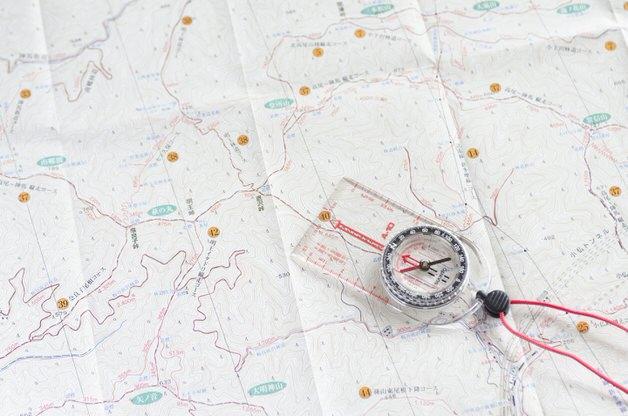 コンパスと白い地図
