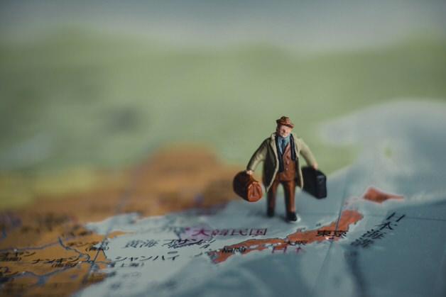地図の上の人