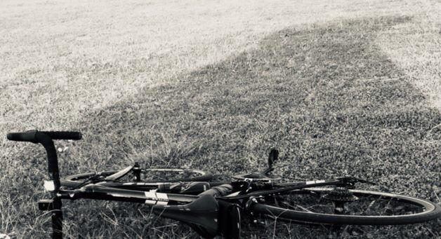 横たわるモノクロロードバイク