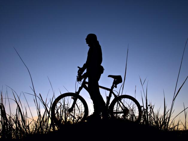 夜明けに佇むマウンテンバイクのシルエット