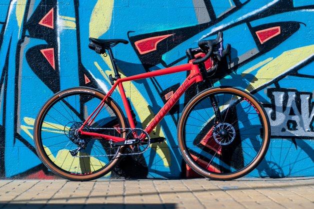 赤いキャノンデールのロードバイク