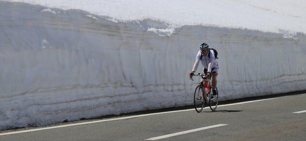 岩のそばで乗るロードバイク乗り