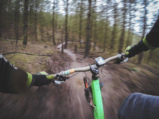 高速で走るマウンテンバイク