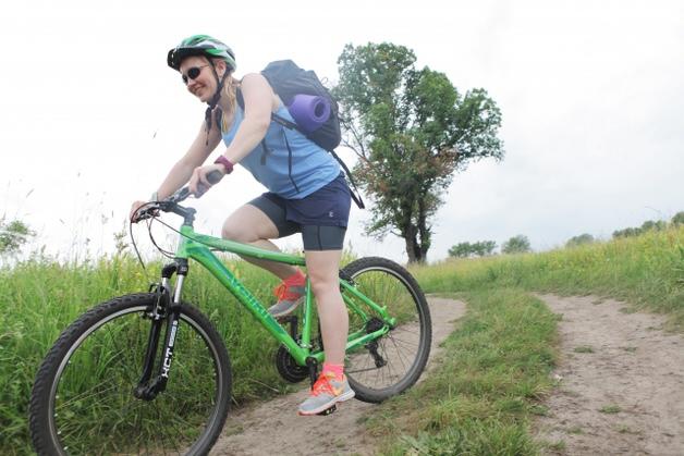 草原を駆けるマウンテンバイク