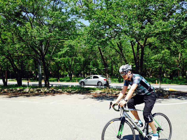 緑の中で走り回るロードバイク
