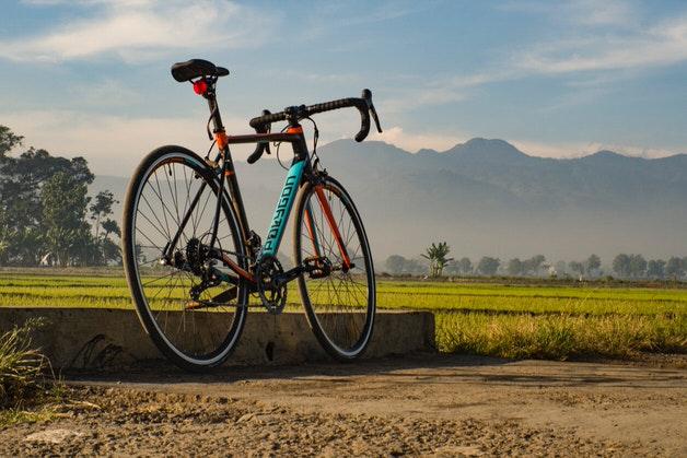 水色と黒のロードバイク
