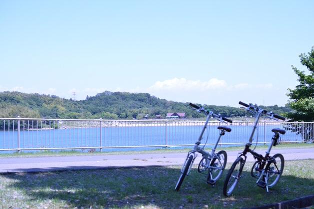 湖畔に並ぶ2台の折りたたみ自転車